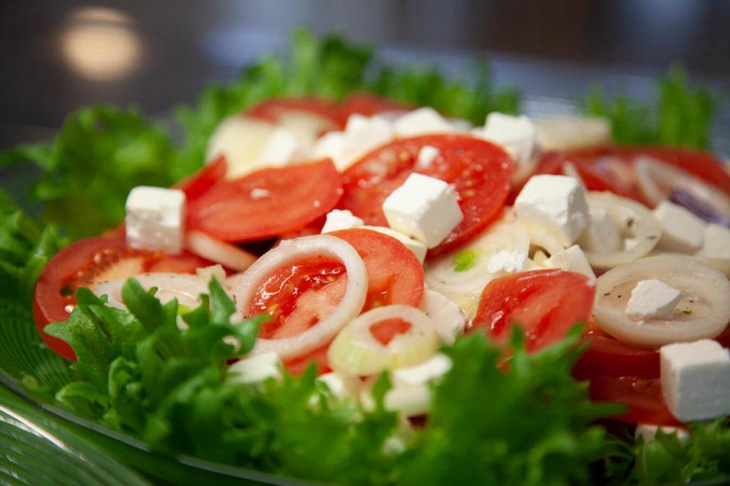 Tomaattia, fetajuustoa ja sipulia